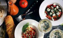 Table servie avec différents plats Images libres de droits