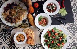 Table servie avec différents plats Photo libre de droits