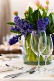 Table servie avec le bouquet Photographie stock libre de droits