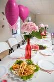 Table servie décorée de partie dans la couleur en pastel rose images libres de droits