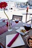 Table servie dans le restaurant avec la marguerite Photo stock