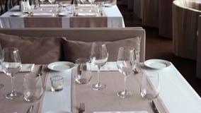 Table servie de restaurant banque de vidéos