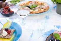 Table servie pour le déjeuner Nourriture de calorie Nourriture italienne Pizza avec de la viande et des verts Olives noires et ve images stock