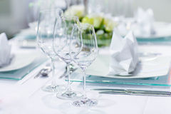 Table set in green and white for wedding or event party Royalty Free Stock Photography