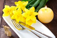 Table setting with daffodils Royalty Free Stock Photos