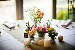 Table setting flower decorations Royalty Free Stock Photos