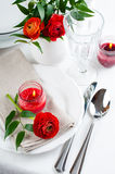 Table setting with red buttercup flowers Royalty Free Stock Photography