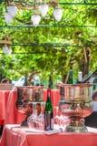 Table solennellement étendue avec des verres de vin Image libre de droits