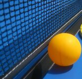 table-tennis-ball-next-to-net Stock Photography