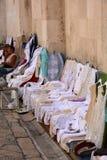 Table-vêtements et napperons faits maison de noire Images libres de droits