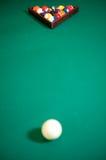 Table verte de billard avec l'ensemble de billes Photographie stock libre de droits