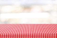 Table vide avec la nappe au-dessus du fond de bokeh de tache floue Images stock