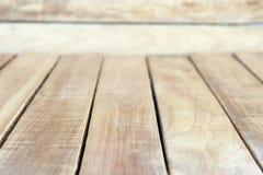 Table vide de conseil en bois pour des montages d'affichage de produit photographie stock libre de droits