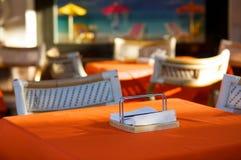 Table vide en café en plein air photos stock