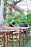 Table vide et personnes brouillées à l'arrière-plan de café, foyer au tabl Image libre de droits
