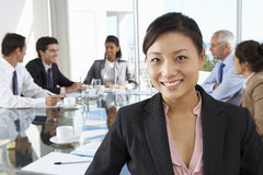 Tableau asiatique de Sitting Around Boardroom de femme d'affaires avec Colleagu photo libre de droits