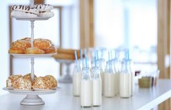 Tableau avec des bouteilles de lait Images libres de droits