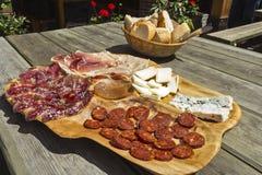 Tableau avec des differents produits à base de viande espagnols et de fromage images stock