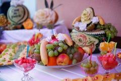Tableau avec des fruits frais photo stock