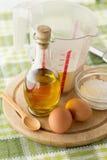 Tableau avec des ingrédients de traitement au four Images stock