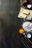 Tableau avec des ingrédients de traitement au four Photos stock