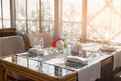 Tableau avec des plats et des verres à vin Photo libre de droits