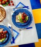 Tableau avec des plats, des fourchettes et des couteaux photos libres de droits