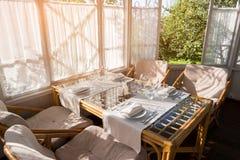 Tableau avec des verres et des plats Images stock