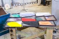Tableau avec différentes couleurs employées par des souffleurs de verre Image libre de droits