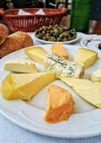 Tableau avec différents produits asturiens de fromage (de l'Espagne) images stock