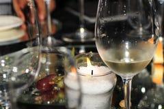 Tableau avec du vin blanc Photo stock