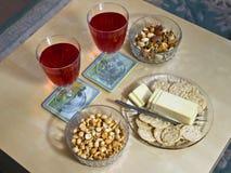 Tableau avec du vin et des casse-croûte Photographie stock libre de droits