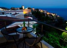 Tableau avec du vin et des fruits sur le balcon Images libres de droits