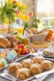 Tableau avec l'épicerie fine prête pour le brunch de Pâques image stock