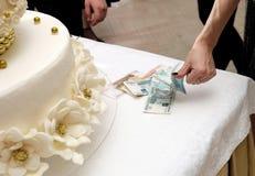 Tableau avec l'anneau et l'argent de mariage là-dessus Images stock