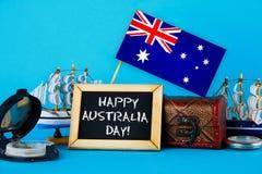 Tableau avec l'inscription : Jour heureux d'Australie entouré par des constructeurs de navires, une boussole, une horloge et un d Photos libres de droits