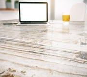 Tableau avec l'ordinateur portable et le café Image libre de droits