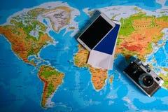 Tableau avec la carte ouverte montrant des plans pour le déplacement et les articles relatifs Photographie stock libre de droits