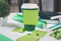 Tableau avec la tasse et l'autocollant de café Photographie stock libre de droits