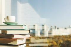 Tableau avec les livres et le café photographie stock libre de droits