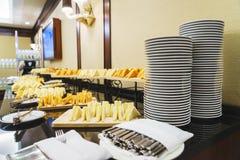 Tableau avec les plats et les casse-croûte propres pour un approvisionnement rapide d'invité Image stock