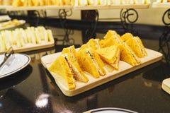 Tableau avec les plats et les casse-croûte propres pour un approvisionnement rapide d'invité Photos libres de droits