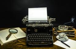Tableau avec une vieille machine à écrire Photo stock