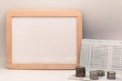 Tableau blanc vide avec la calculatrice Carnet, papier blanc et pièce de monnaie Image libre de droits