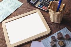 Tableau blanc vide avec la calculatrice Carnet, papier blanc et pièce de monnaie Image stock
