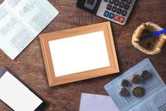 Tableau blanc vide avec la calculatrice Carnet, papier blanc et pièce de monnaie Photo libre de droits
