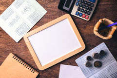 Tableau blanc vide avec la calculatrice Carnet, papier blanc et pièce de monnaie Photos libres de droits