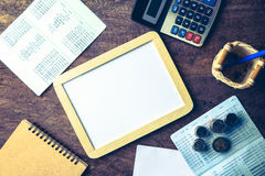 Tableau blanc vide avec la calculatrice Carnet, papier blanc et pièce de monnaie Photographie stock libre de droits