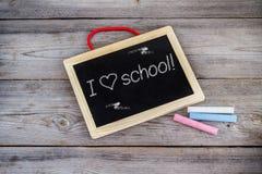 Tableau d'école et table en bois Photos stock