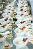 Tableau d'événement de mariage de nourriture de restauration Ligne de buffet dans le mariage Plan rapproché délicieux d'apéritif photos stock